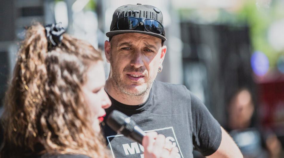 Kommunikations-Coach Marco Zysset hört fragend einer jungen Frau zu. Wie gut kenne ich die Medien?