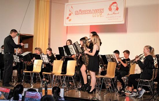 Das Schulorchester mit ihrem Leiter Thomas Eberth.