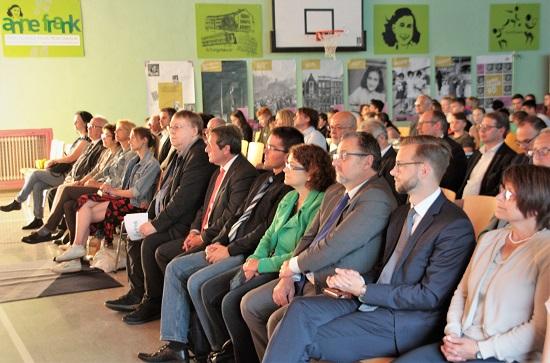 Zahlreiche Gäste feiern mit der Anne-Frank-Realschule plus.