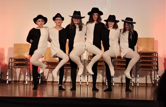 Schüler der Klasse 6b unterhalten mit dem Schwarz-Weiß-Tanz