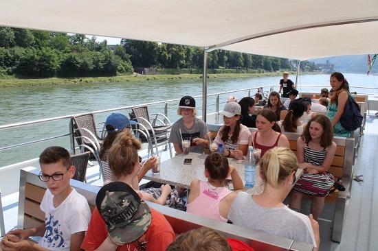 Mit Schiff werden Rhein und Mosel befahren.