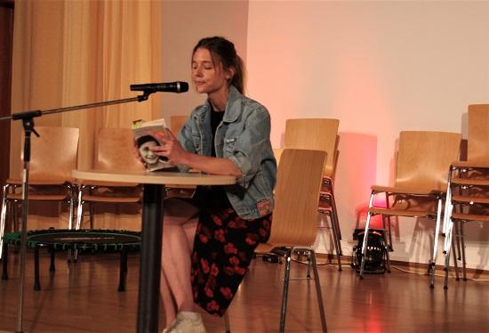 Die Schauspielerin und ehemalige Schülerin Svenja Jung liest aus dem Tagebuch der Anne Frank.