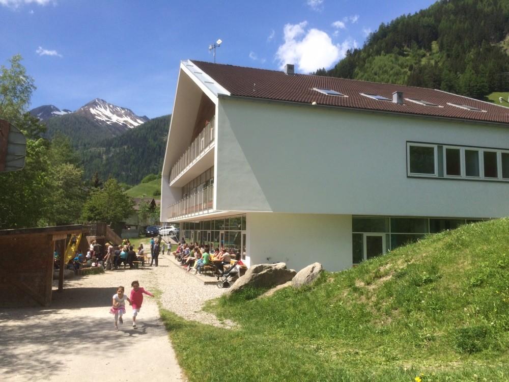 Kindergarten- und Schulgebäude im Sommer