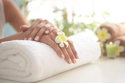 gepflegte Hände auf einem Handtuch