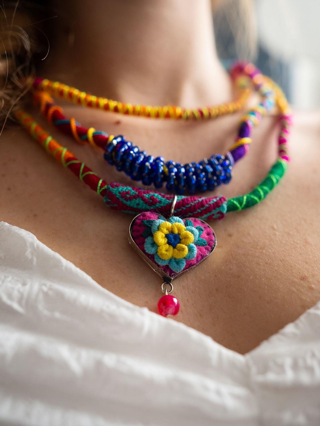 Boho Poncho, Boho Mode, Schal, Poncho mit Stickerei, Huipil, Mexikanische Mode, Mexikanische Kleider, Guatemala, bunte Frühlingsmode, Frühlingsjacke, Frühlingsschal, Hippie, ethno, gypsy Mode, böhmische Mode, Frida Kahlo Mode