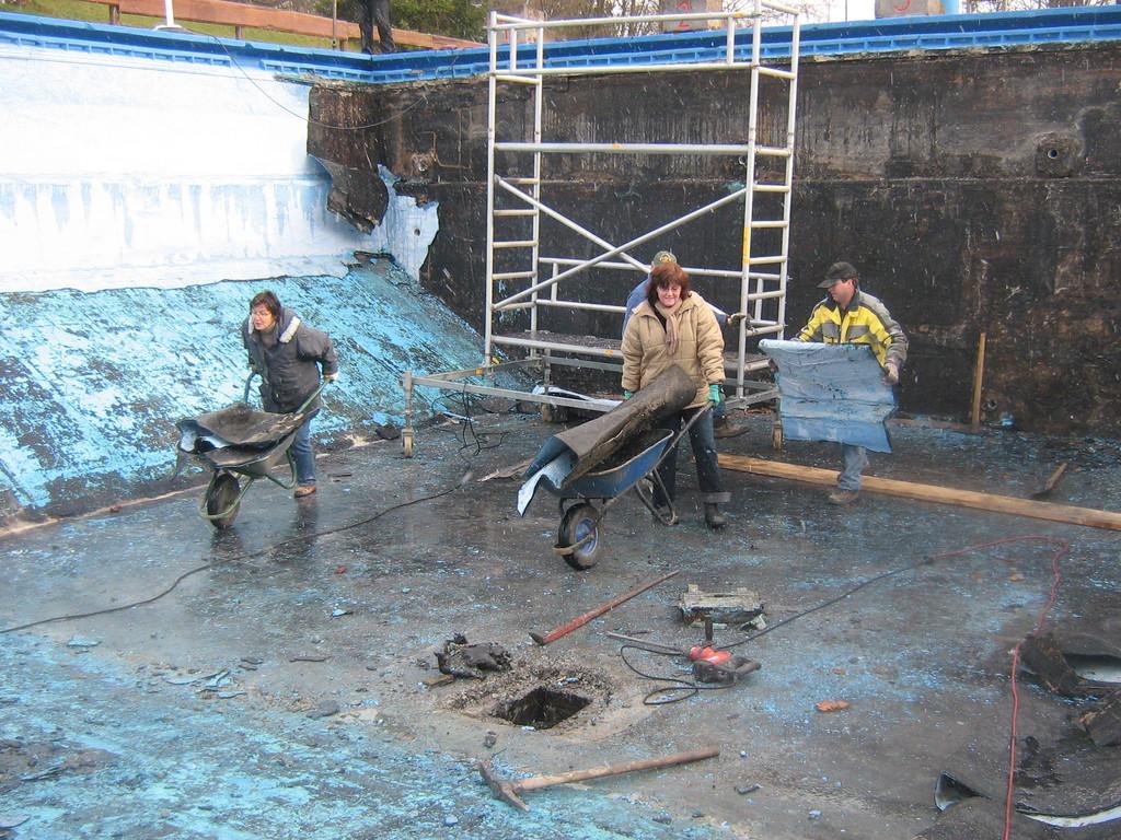 So waren wir nach Wochen immer noch damit beschäftigt, das Becken von Bitumen zu befreien