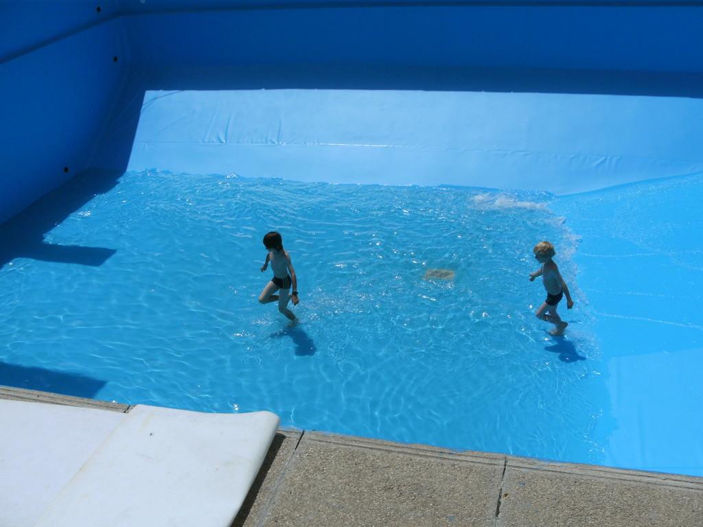 War klar das die Kinder nicht warten bis das Beckenvoll ist und etwa noch die Temperatur passt