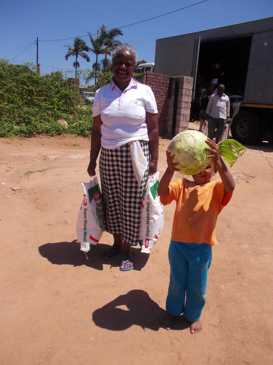 Gross und Klein hilft mit den Laster zu entladen