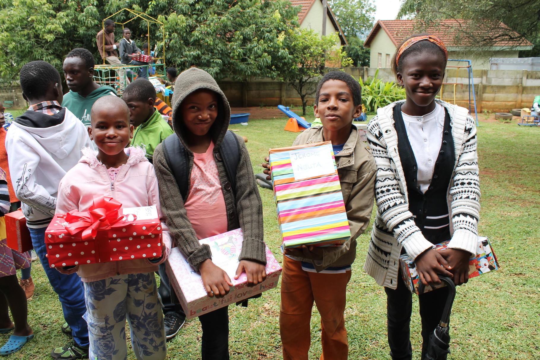 Waisenkinder mit Weihnachtsgeschenken