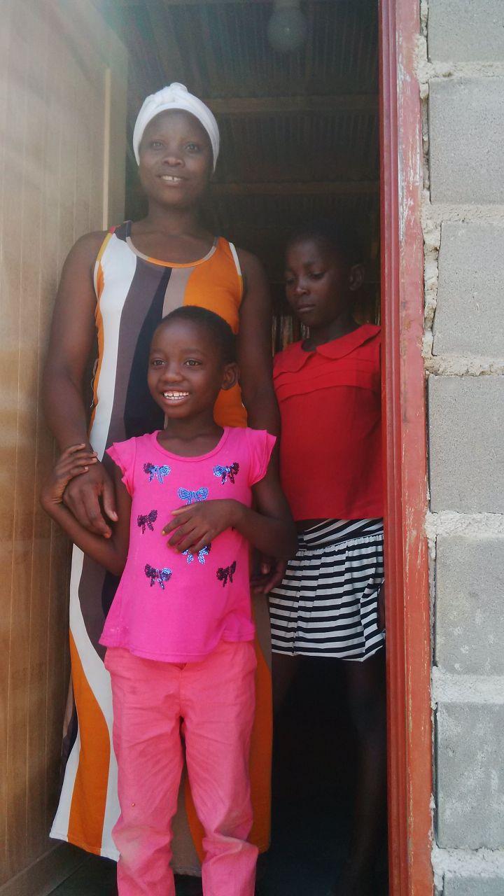 Thembi und ihre Kinder an der Einweihungsfeier