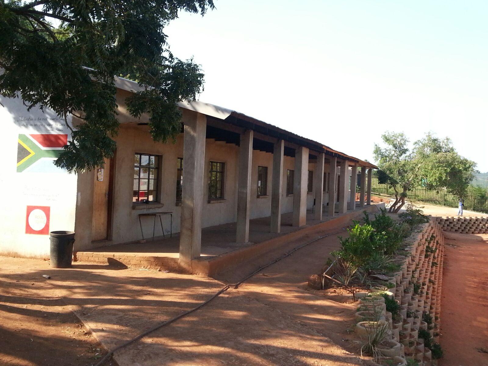 das neue Schulgebäude mit den vier Zimmern und der Bibliothek