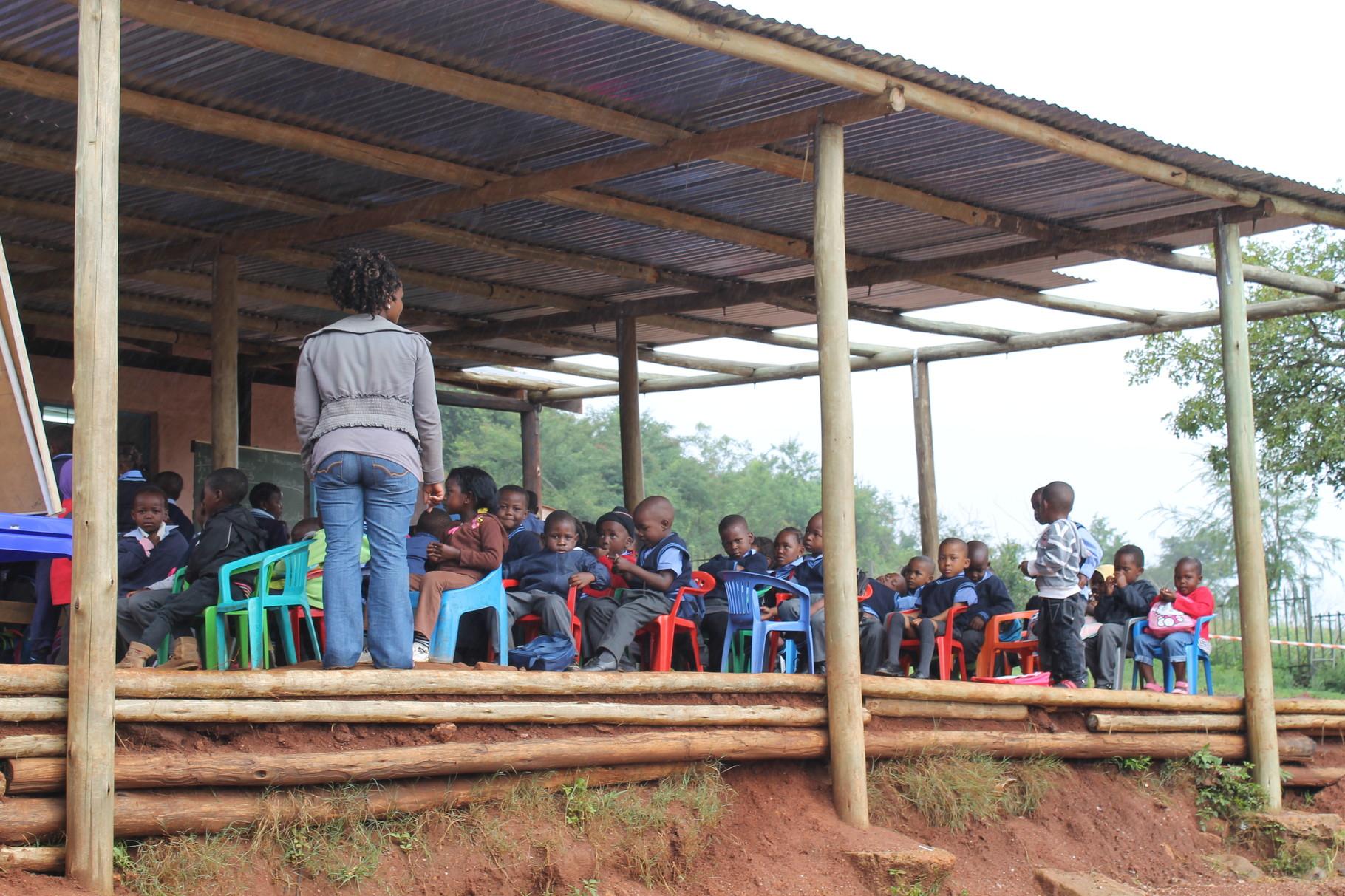 Regentag! 120 Kinder unter dem kleinen Unterstand
