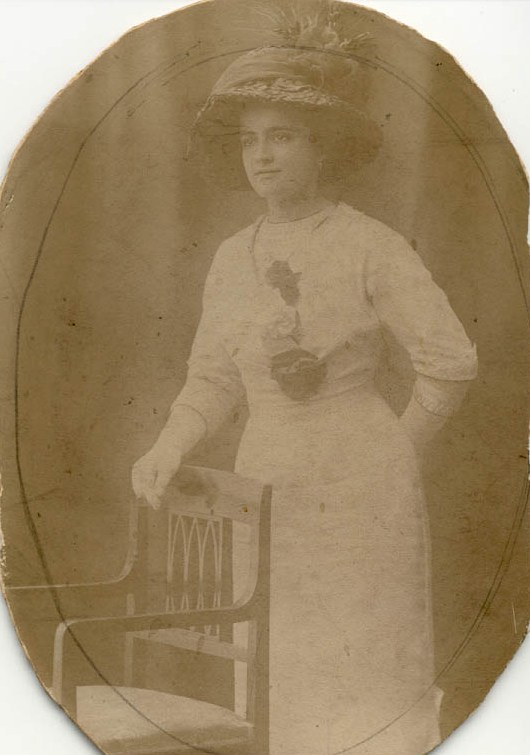 1912 Ma grand-mère en belle tenue .