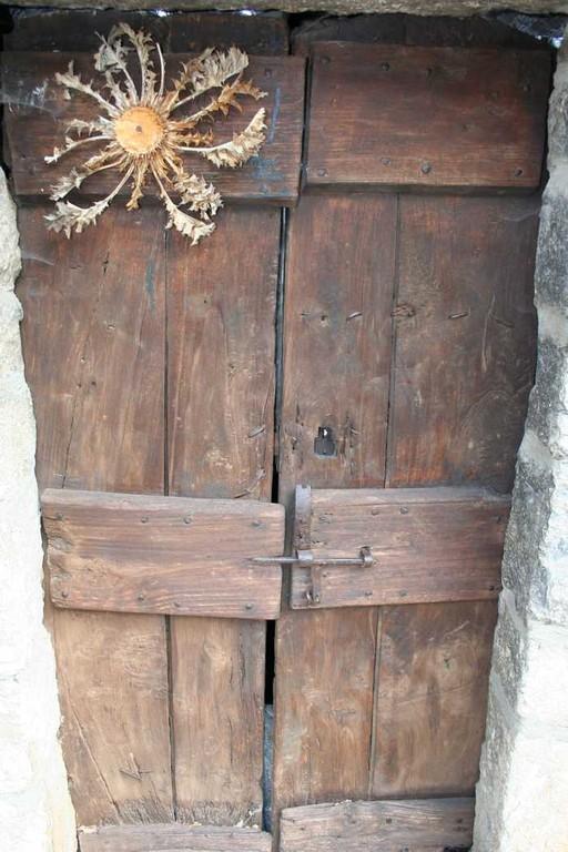 Cardabelle sur porte typique