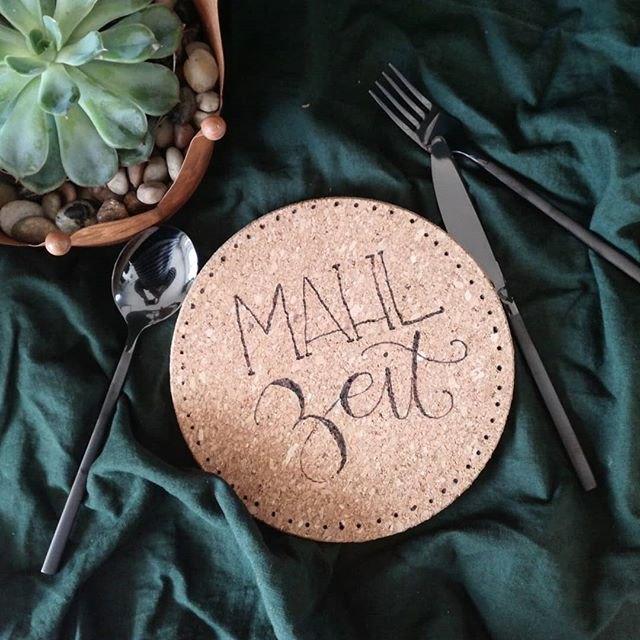 Mahlzeit - Lettering auf einem Korkuntersetzer von belettert.at für die Letter Lovers