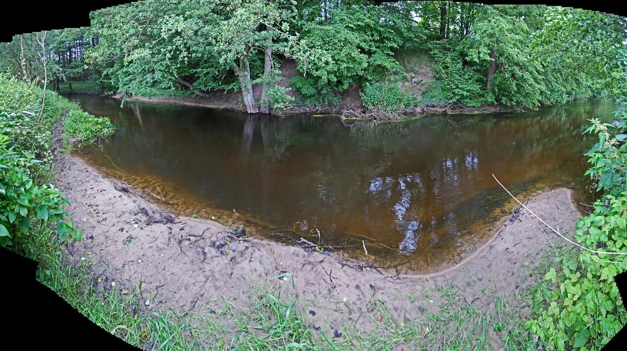 nach den zahlreichen, starken Niederschlägen des Winters und Frühjahrs hat sich am Gleithang des Kolk eine Sandbank gebildet / der Prallhang wurde weiter abgetragen (ganz links: Einmündung Höftgraben) / 27.6.13