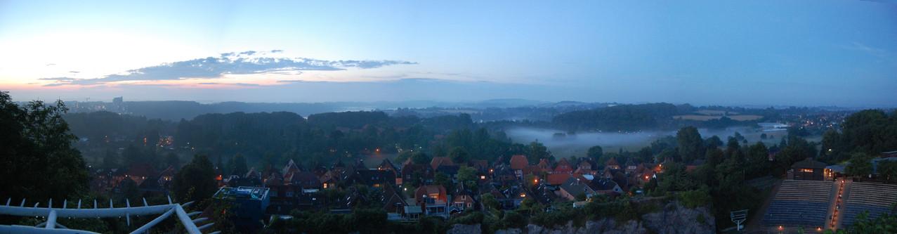 abendliches Panorama, vom Kalkberg-Gipfel aus über den Großen Segeberger See geblickt
