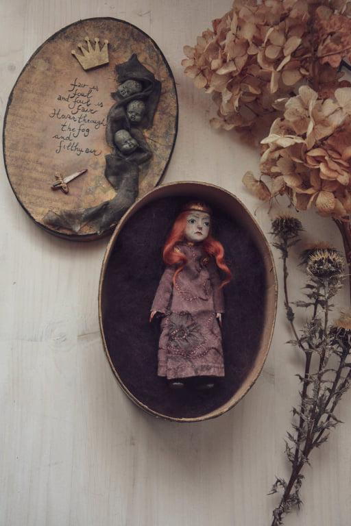 La miniatura di bambola ispirata al personaggio di Shakespeare