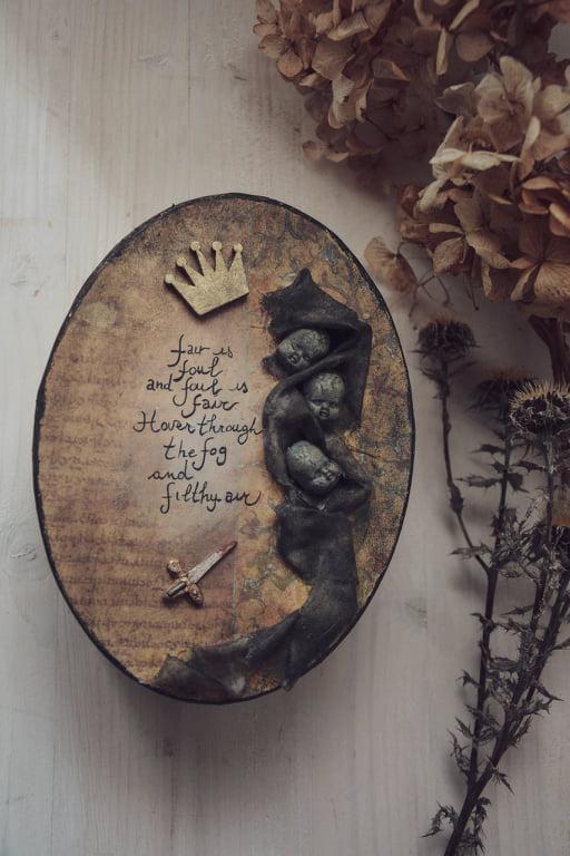 La scatola a tema che contiene la bambola artistica