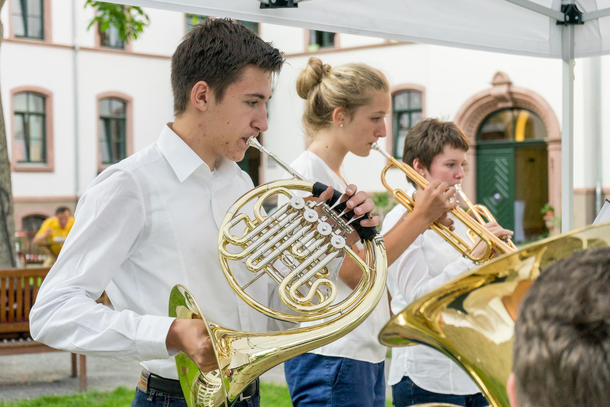 BläserInnen der Bigband der St. Ursula-Schule. Immer wieder gerne gehört, nicht nur bei den Adventskonzerten im Innenhof der Stiftung.