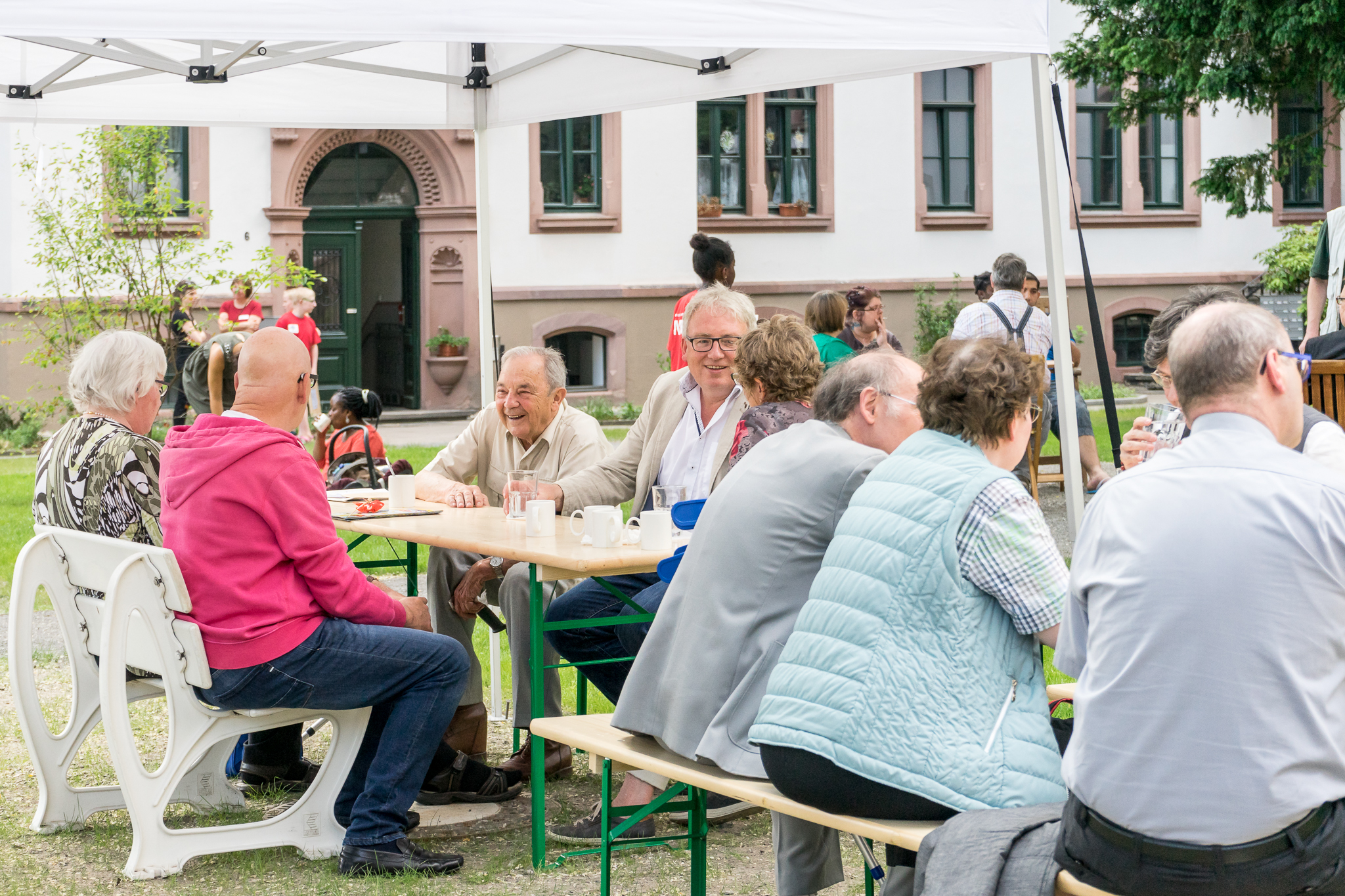 Unterschiedlichste Gäste in regen Gesprächen. Hannes Hellmann, Sprecher der CDU im Sozialausschuss, im Austausch mit Hans Hutfleß, einem sozialdemokratischen Urgestein.