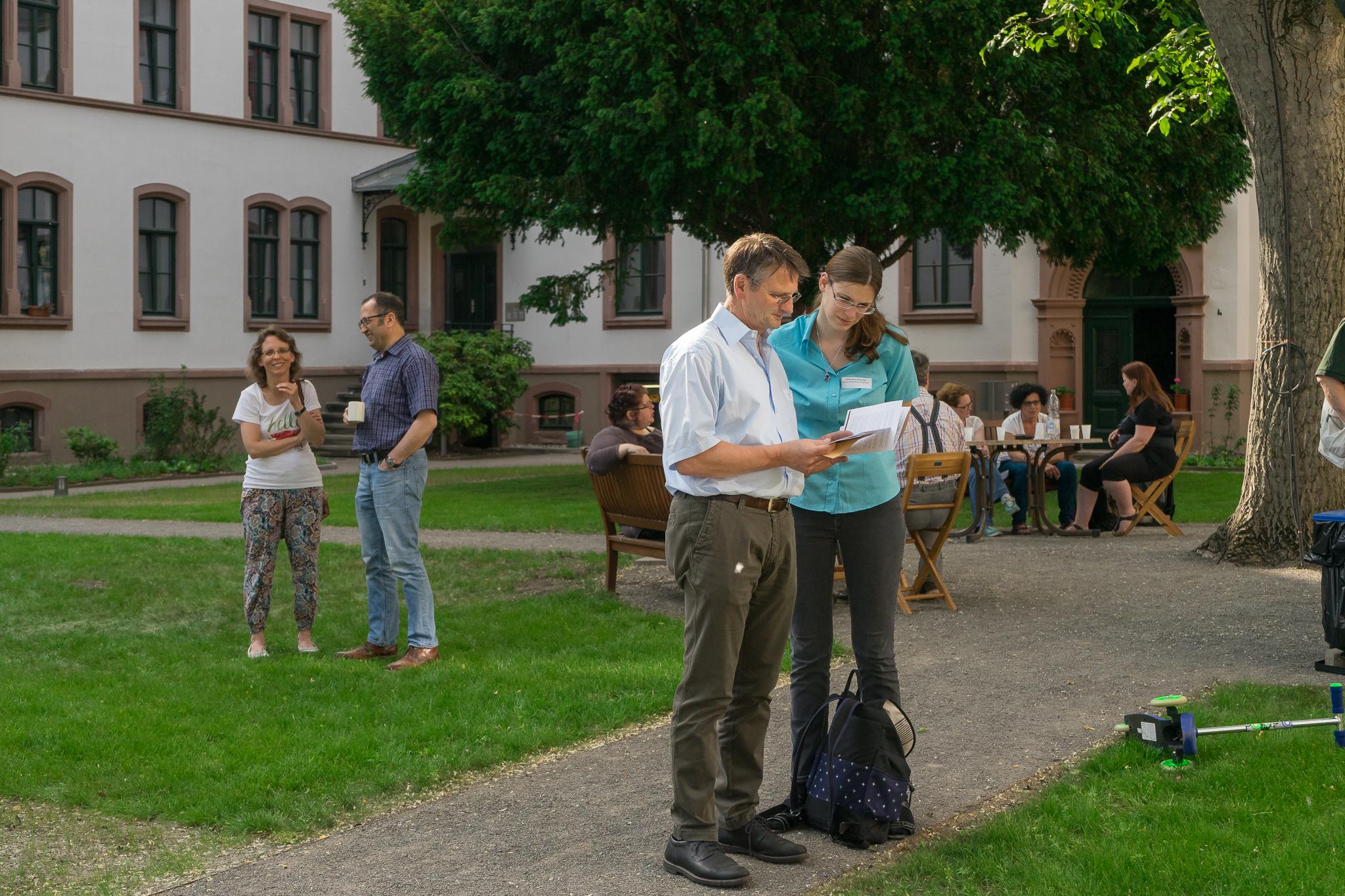 Wirtschaftsprüfer Rüdiger Bartsch mit Assistentin nehmen die Stiftung auf einmal nicht nur durch Zahlen wahr.