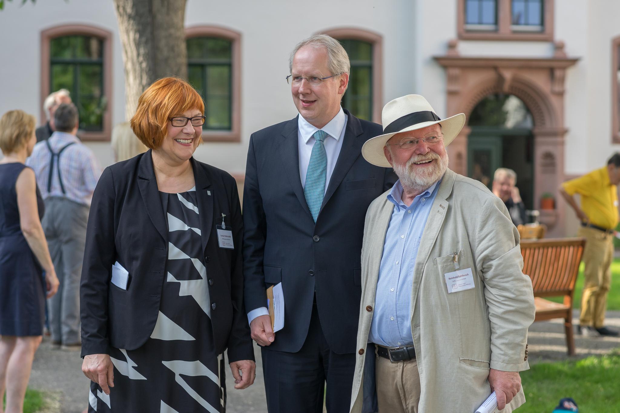 OB Stefan Schostok mit den Vorstehern der Stiftung.