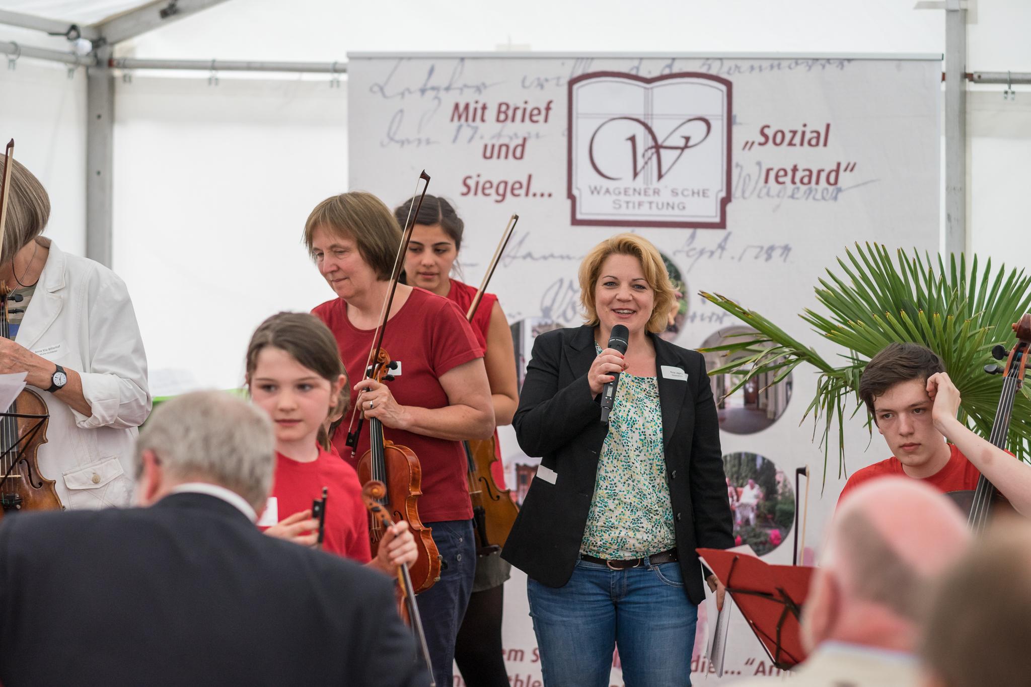Die Moderatorin Rosa Legatis, bekannt von ihrer früheren Wirkunsgstätte, dem NDR, eröffnet launig und sachkundig die Veranstaltung.