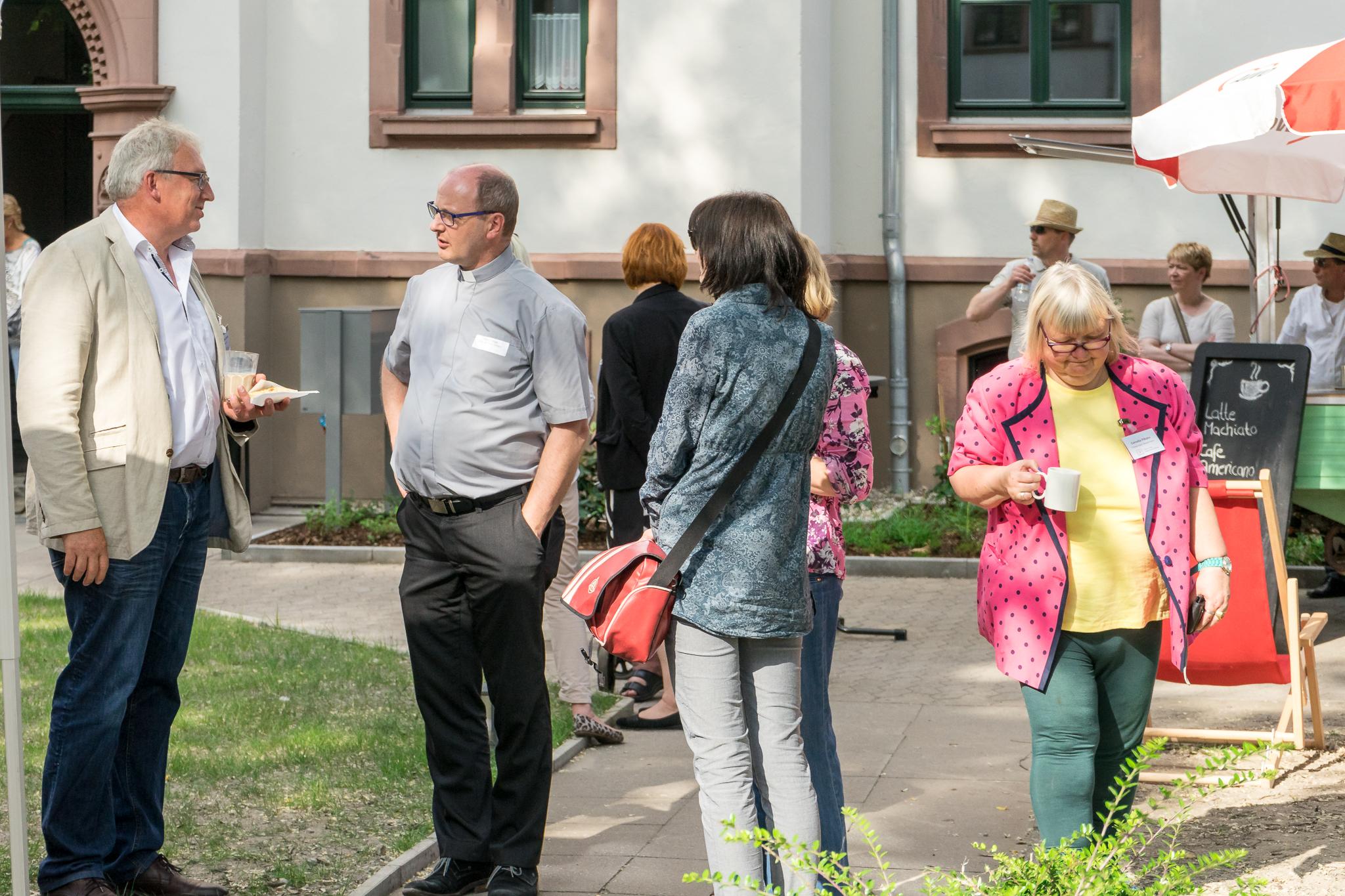 Burkhard Teuber (Kuratorium) im Gespräch mit Propst Martin Tenge von der benachbarten Basilika St. Clemens.