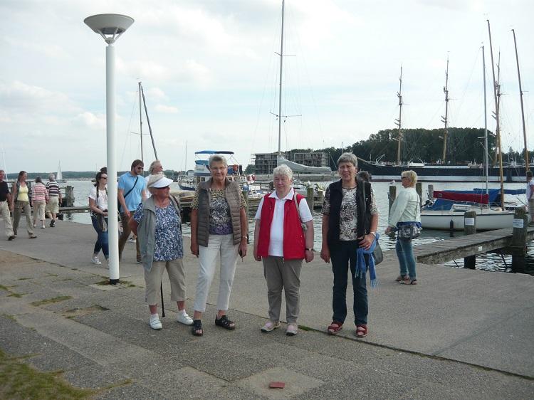 Spaziergang auf der Hafenpromenade von Travemünde