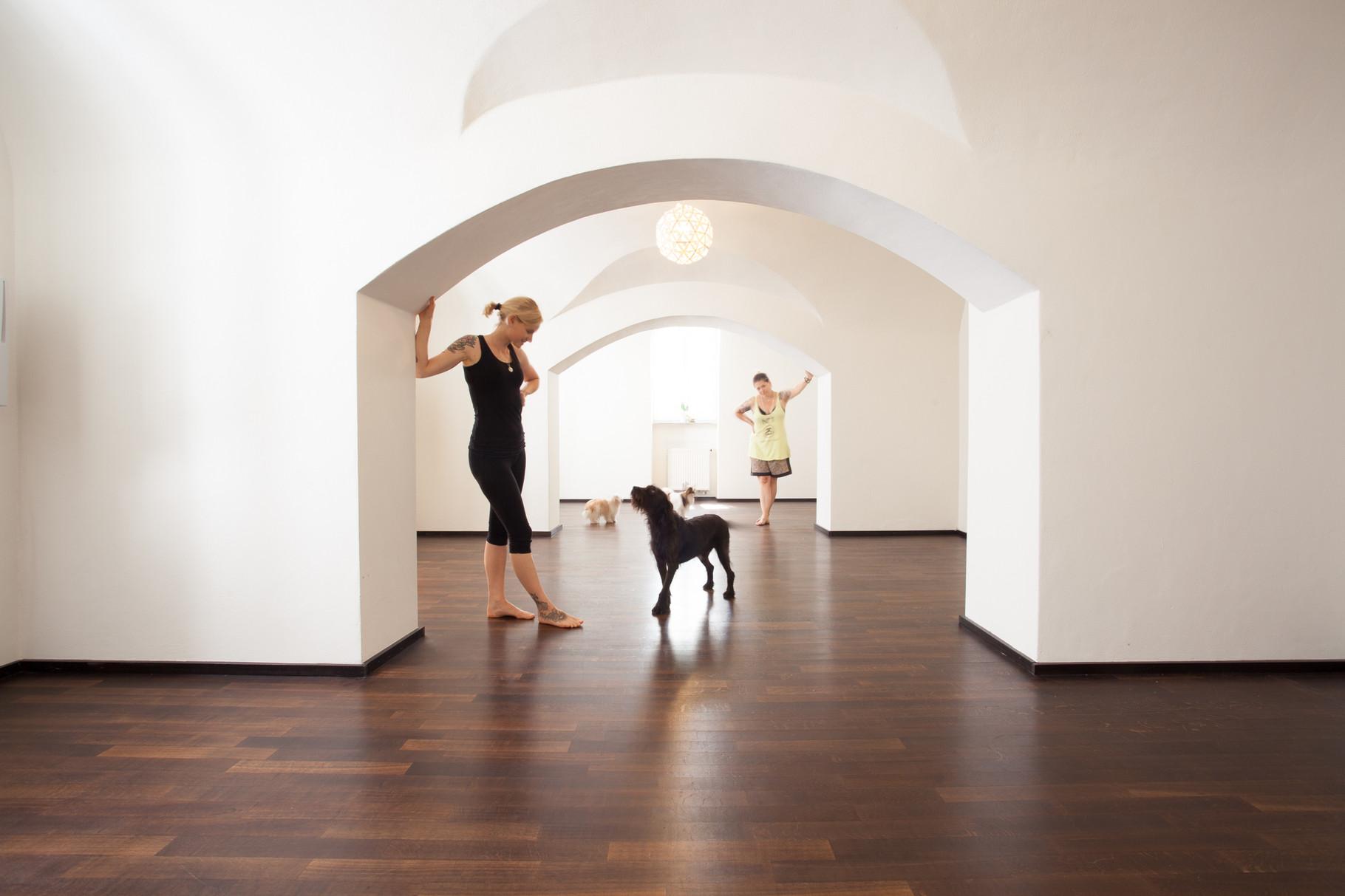 Katja und Champ im Yoga Raum