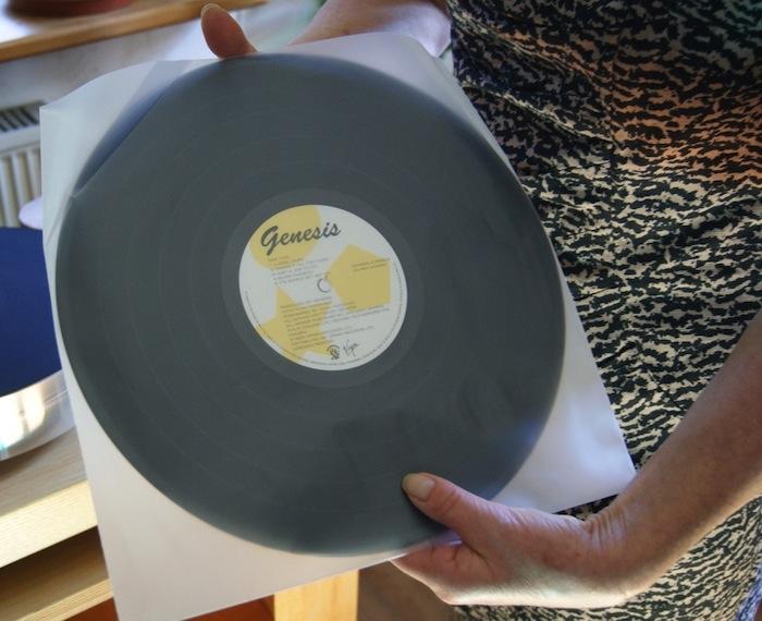 Beim Festhalten der Schallplatte während des Herausziehens aus der Hülle können Kratzer entstehen