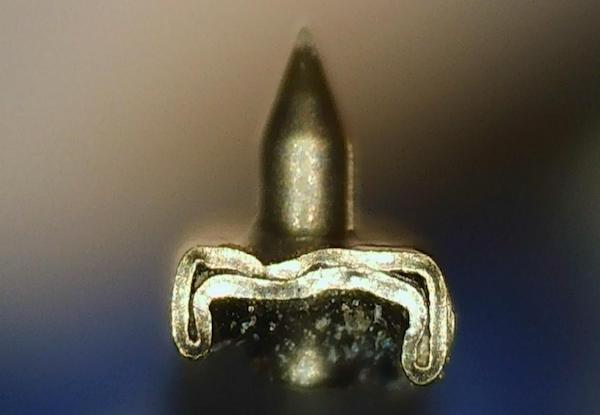 Eine Nadel in einem gepressten Nadelträger