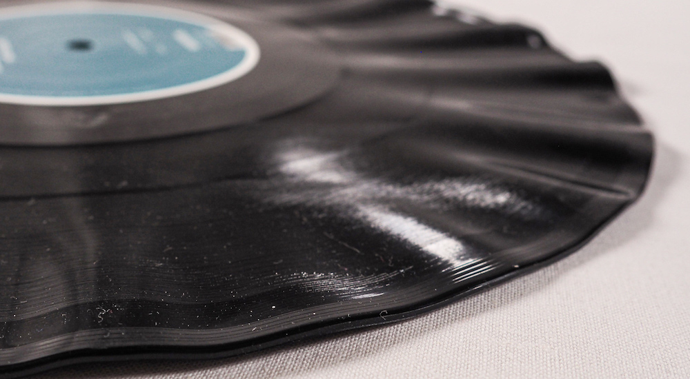 Stark verformte LP mit kurzen Wellen