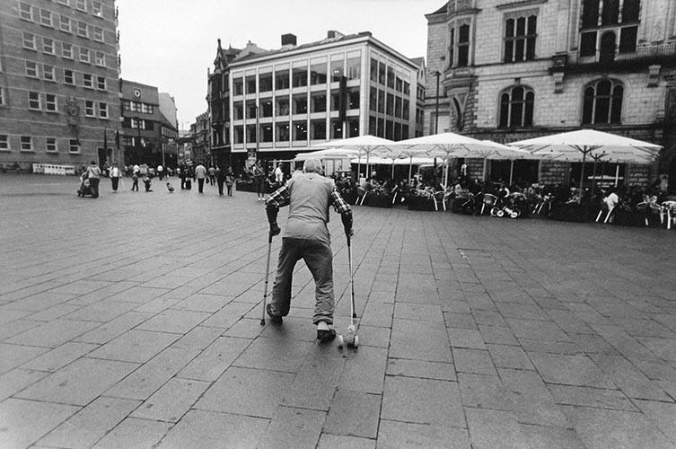 Alter mit Krücken | analoges Foto / Handabzug S/W | 2010 | Halle