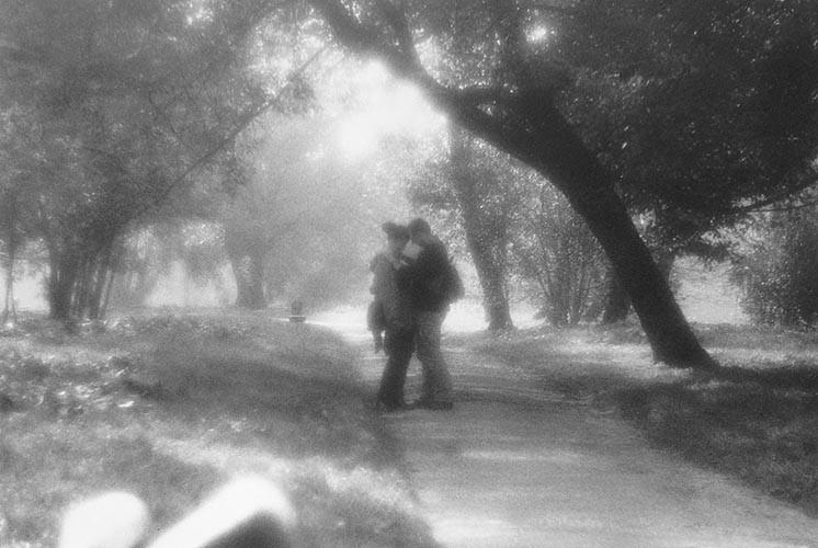 Paar im Park | analoges Foto / Handabzug S/W | 2005 | Halle