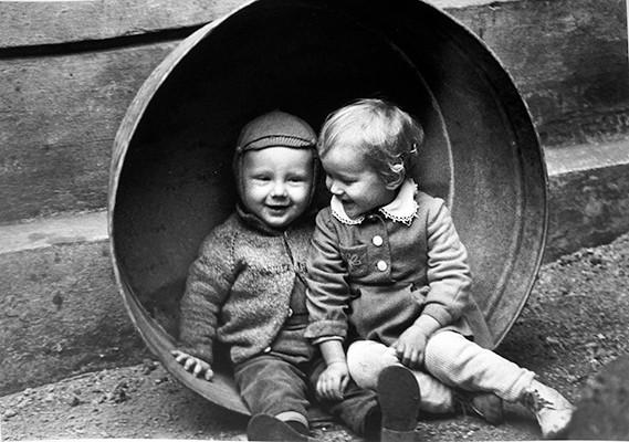 46,90x33,40cm, Children at a Footbath, Vilnius 1963