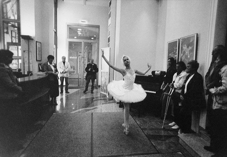 Ballerinakind im Foyer | analoges Foto / Handabzug S/W | 2000 | Halle