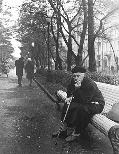 Alte Frau auf Bank | analoges Foto / Handabzug S/W | 1975 | Dnjepropjetrowsk