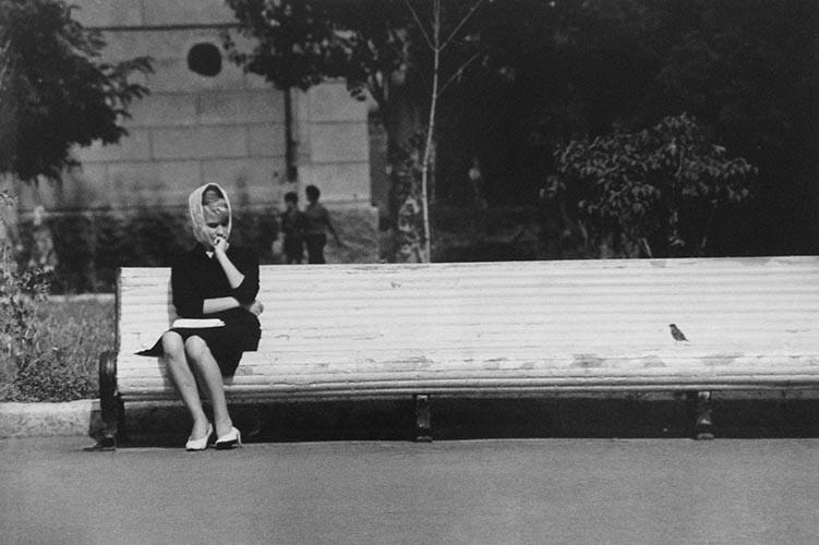 Junge Frau auf langer Bank | analoges Foto / Handabzug S/W | 1973 | Dnjepropjetrowsk