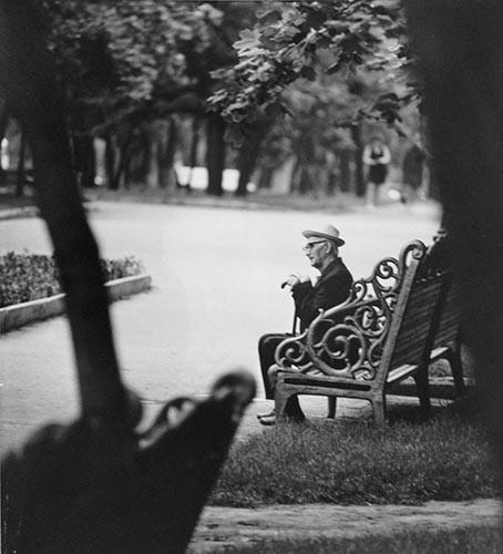 Mann auf alter Bank | analoges Foto / Handabzug S/W | 1973 | Dnjepropjetrowsk