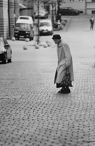 Alte Frau mit Hut und Beutel | analoges Foto / Handabzug S/W | 2000 | Halle