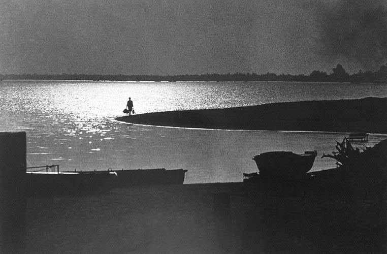 Frau mit Taschen am Ufer | analoges Foto / Handabzug S/W | 1975 | Ukraine