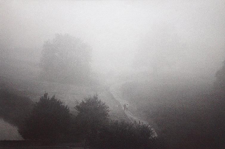 Spazieren im Nebel | analoges Foto / Handabzug S/W | 2005 | Halle