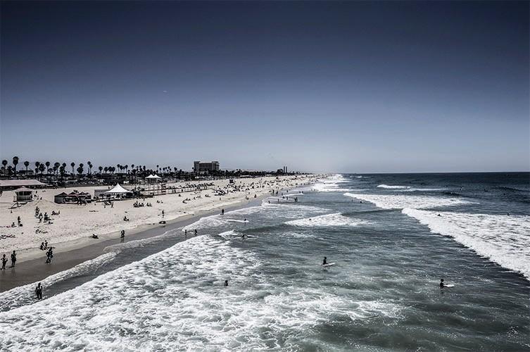 Huntington Beach I - 2012, 90x60cm, fineArt print auf GlossArtFibre kaschiert, auf 4mm AluDiBond, Schattenfugenrahmen Nussbaum massiv