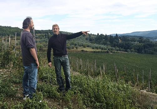 Wijnmaker Cosimo wijst ons op experimentele druivensoorten
