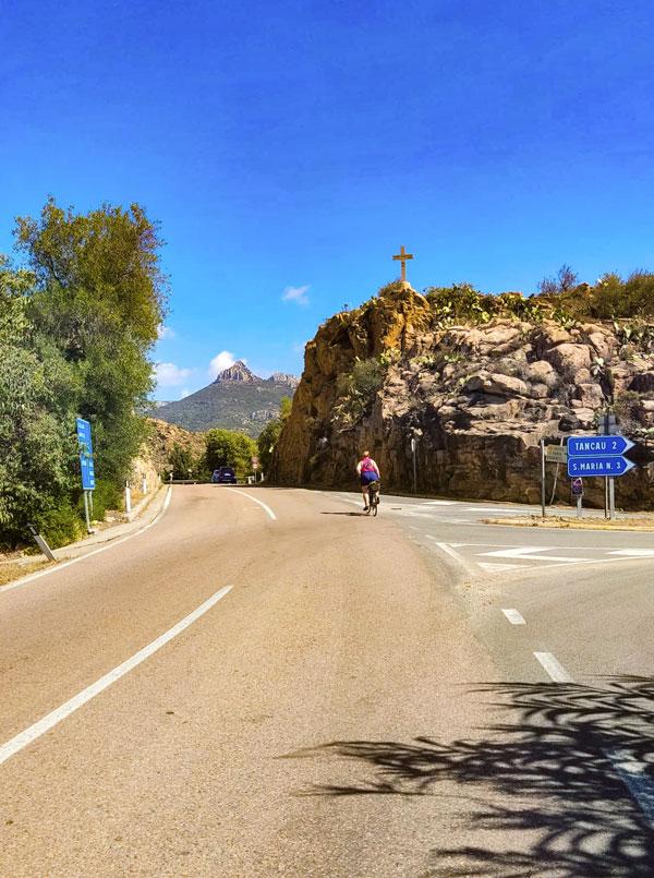 Wijnreis Sardinie klimmetje op de fiets