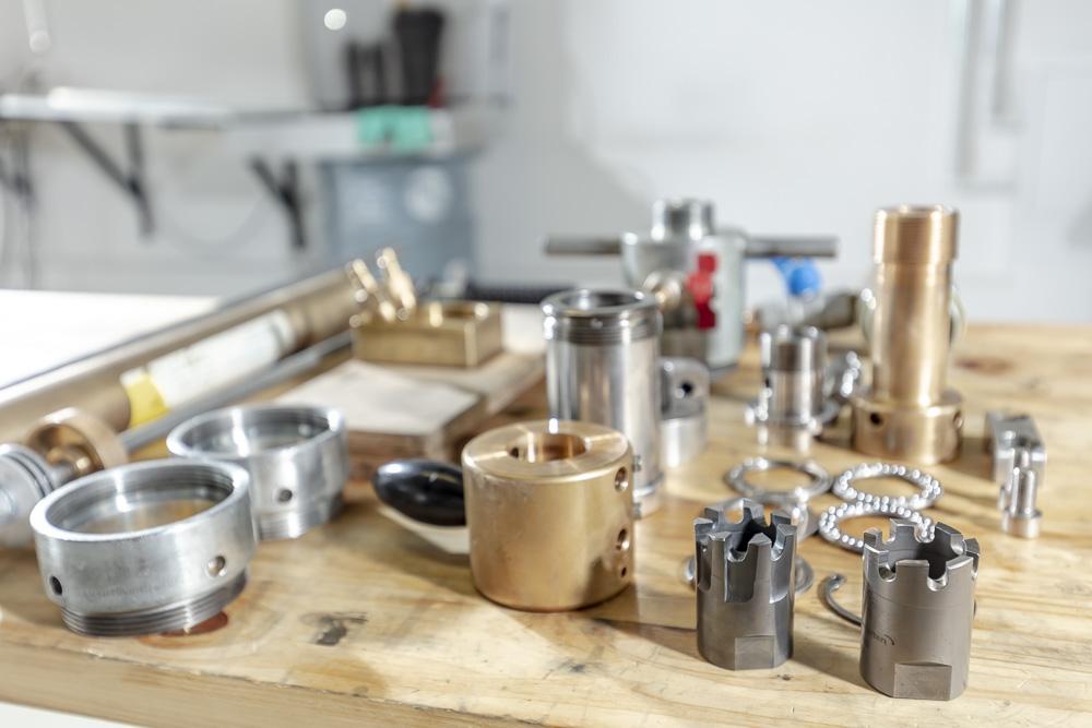Die gelieferten Geräte werden komplett zerlegt, gereinigt, wenn nötig repariert und mit neuen Dichtungen wieder neu zusammen gesetzt.