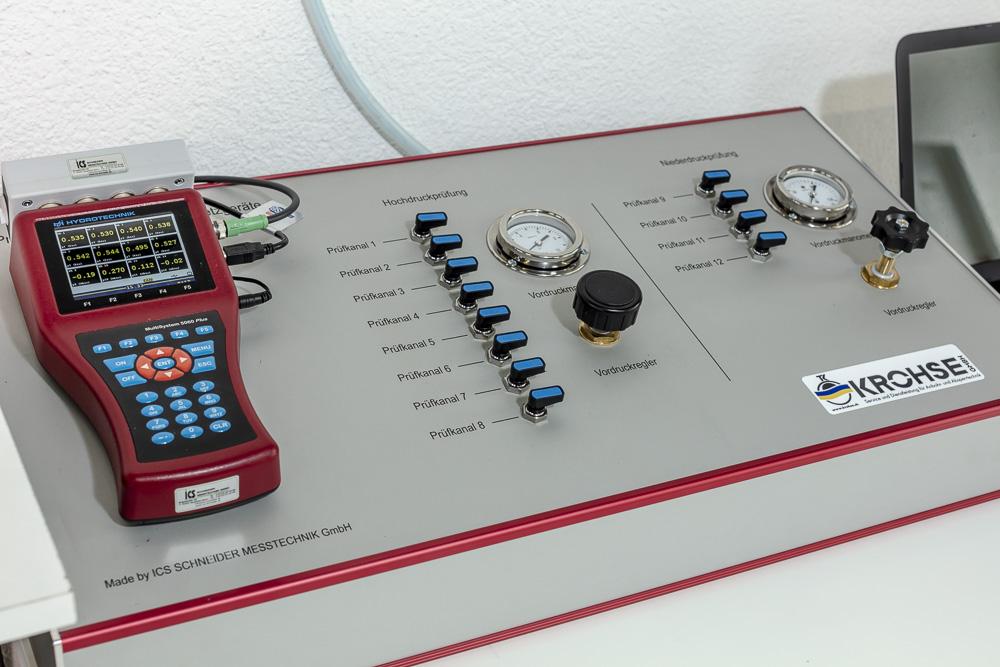 . . . mit einem speziell dafür gefertigten Prüfgerät mit integrierter Software . . .