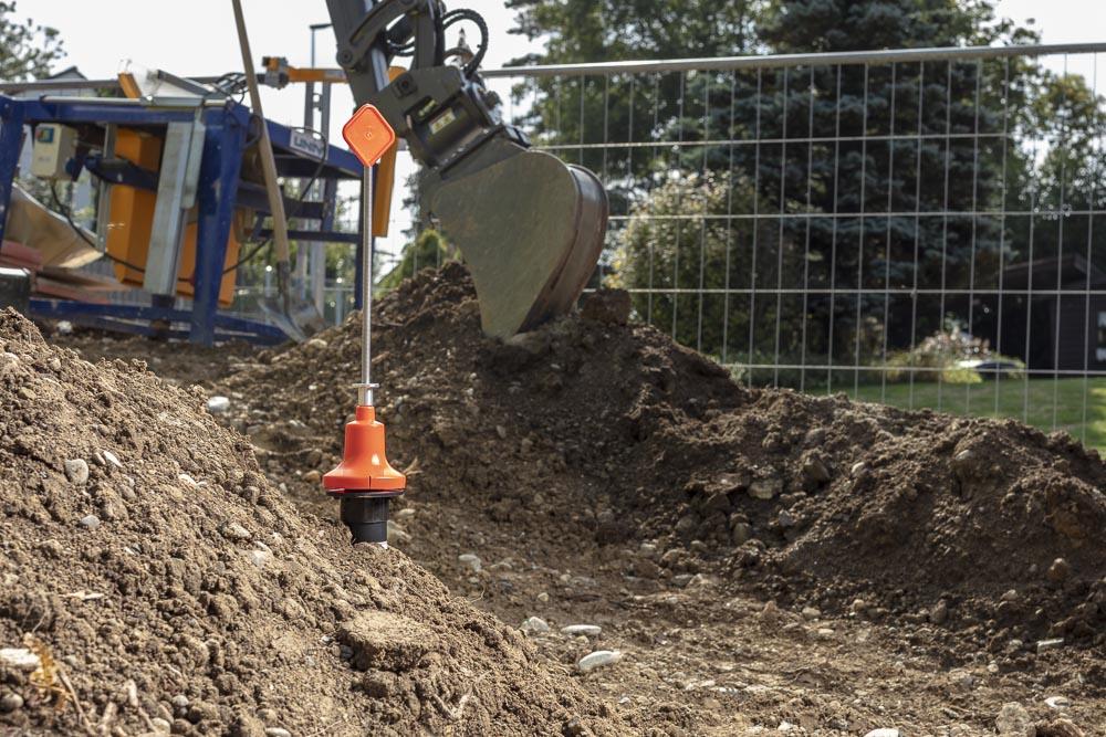 Die Baustellensicherung kann werkzeuglos montiert/demontiert werden, markiert die EBG und verhindert somit ein Beschädigen bei den noch folgenden Strassenbelagsarbeiten.